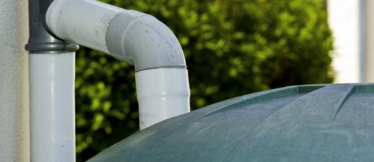 récolter eaux de pluie qui coulent des toits